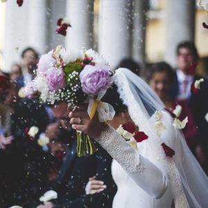 Ariane Schätzle Hochzeitsrednerin - Braut mit Brautstrauß