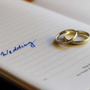 Ariane Schätzle Hochzeitsrednerin - Eheringe auf Terminbuch