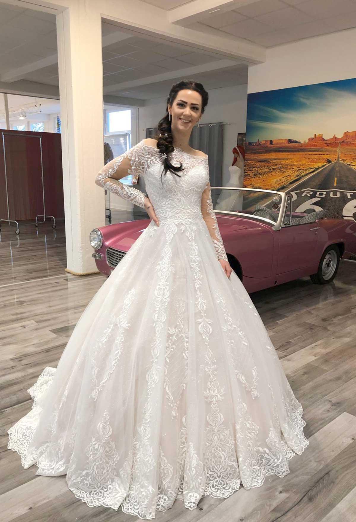 Brautstudio Offenborn - Hochzeitskleid schulterfrei mit langen Ärmeln