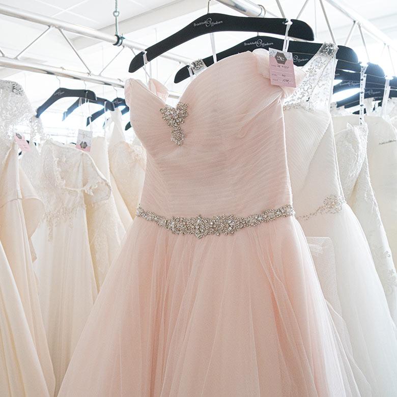 Hängende Brautkleider, verschiedene Farben