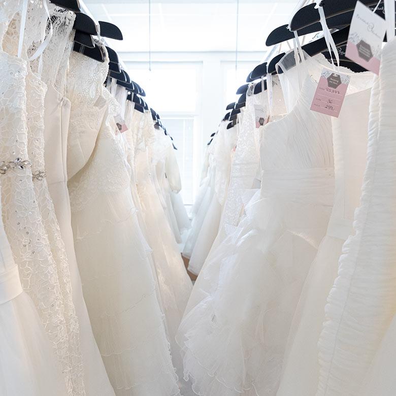 Hängende Brautkleider, Weiß