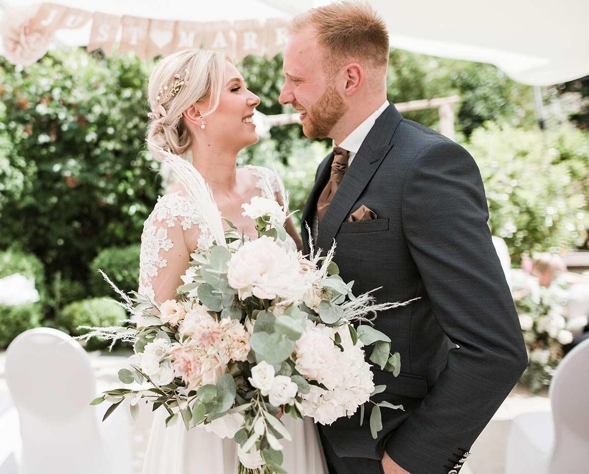Just Celebrate | Hotel Hanseatischer Hof Brautpaar vor Terrasse
