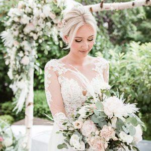Just Celebrate | Braut mit Blumenstrauß